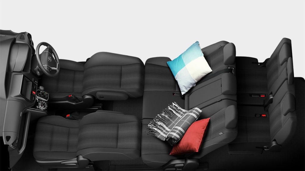 ヴォクシー(VOXY)車中泊仕様で快適に変身!車中泊レポートとおすすめグッズは?後部座席や荷室容量を紹介!